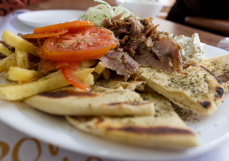 Gyros - o churrasco grego - misto de boi e porco no prato. No novo Taberna Grega, nos Jardins
