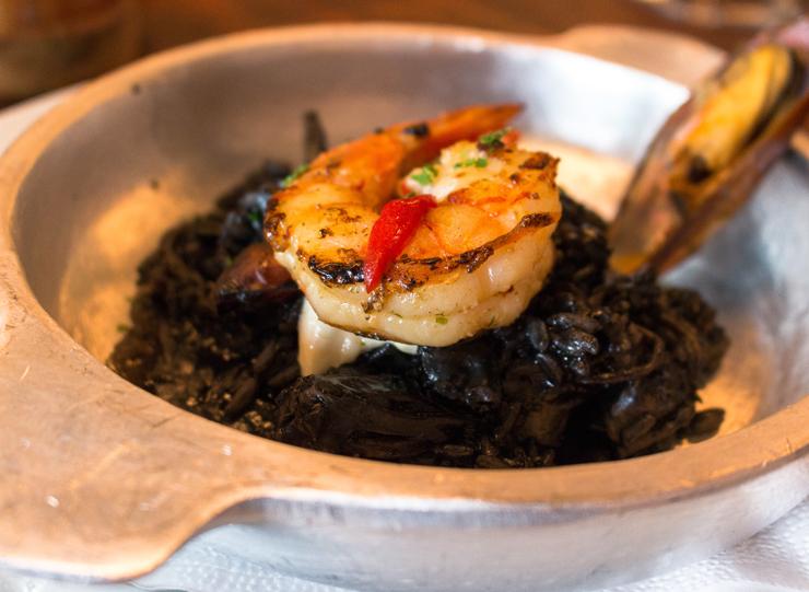 Paella negra - com tinta de lula. A meia porção serve bem uma pessoa.