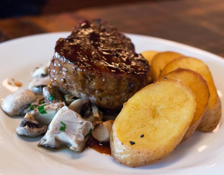 Para quem quer carnão: o bife à Adega Velha é o mais interessante de todos do menu