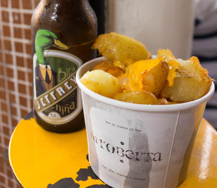 Para comer enfiando a mão e lambendo os dedos: batatas cozidas e fritas, regadas com aioli de urucum
