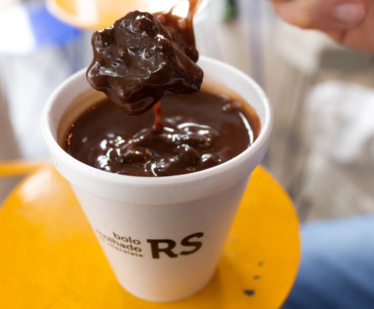 Não perca o bolo molhadíssimo de chocolate coberto por ganache de chocolate (R$ 18).