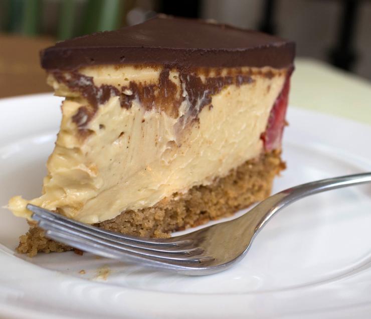 Cremosona e pouco doce, o Frasier de fava de baunilha e morango traz creme denso de leite condensado de amêndoas com baunilha e casquinha de chocolate amargo (R$ 15).