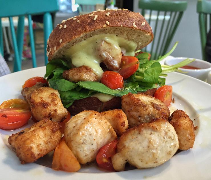 O menu do almoço inclui bons sanduíches como o que traz pão de hambúrguer com cubos de frango com cúrcuma, tomate cereja, rúcula e maionese artesanal de coco e curry (R$ 23)