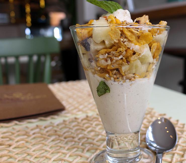 Para começar o dia: iogurte de leite de castanha de cajú com granola e frutas da Grão Fino