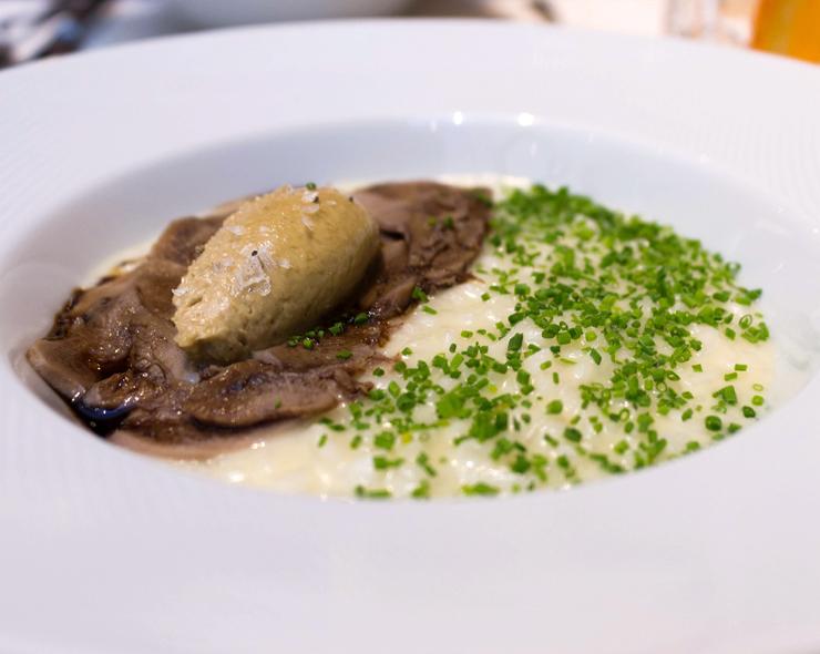 Risoto Rossini: arroz italiano preparado com prosecco, finas fatias de língua de vitela ao balsâmico envelhecido e quenelle de cremoso foie gras (R$ 75)