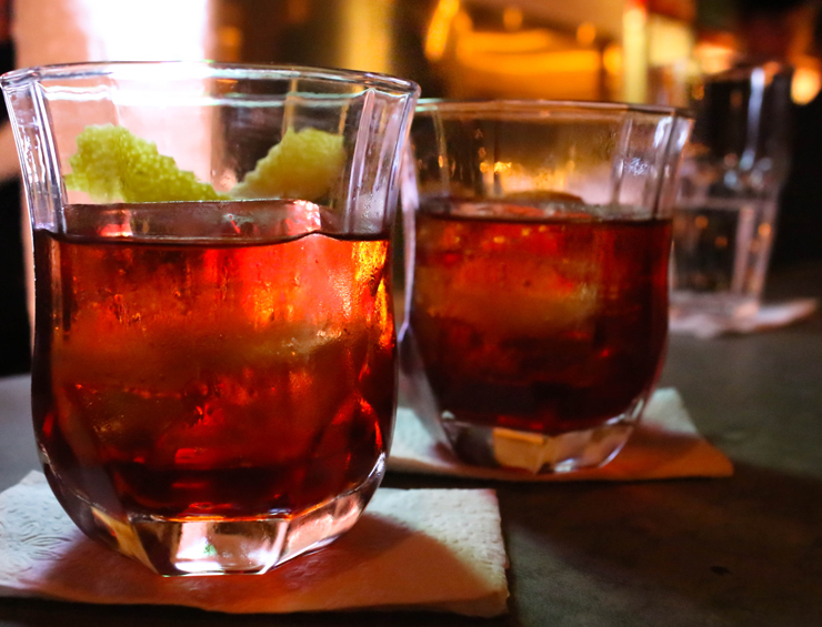 Marcante e de aromas pronunciados, o como o Roiboos leva infusão de chá e gin, bitter e vermute tinto