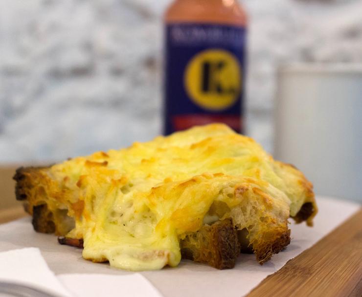 Croque do Padeiro: duas fatias de pão levemente tostadas, queijo meia curta artesanal, presunto, molho bechamel e gratinado com parmesão da mantiqueira. Da The Slow Bakery, no Rio