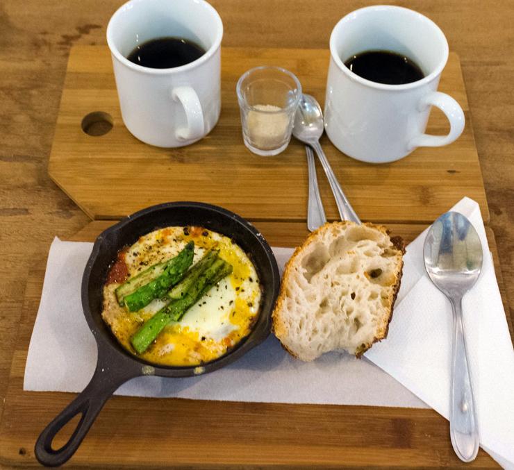 Panelinha Especial: ovo frito, molho de tomate caseiro e aspargos, acompanhados por bela fatia de pão da The SLow Bakery (R$ 16)