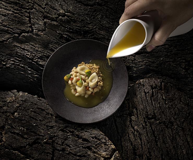 Cappelletti de pirarucu, feijão manteiguinha, farofa de ovinha com piracuí e consommè de tucupi com jambu representando o Bioma Amazônia do incrível menu Biomas, de Bel Coelho