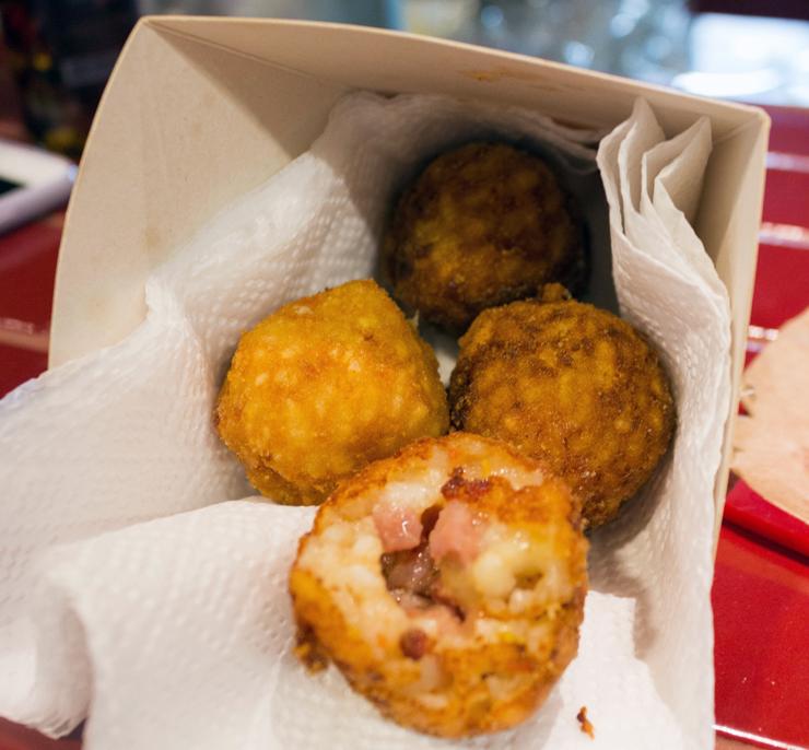 Entre os fritos napolitanos, arancini recheado com calabresa