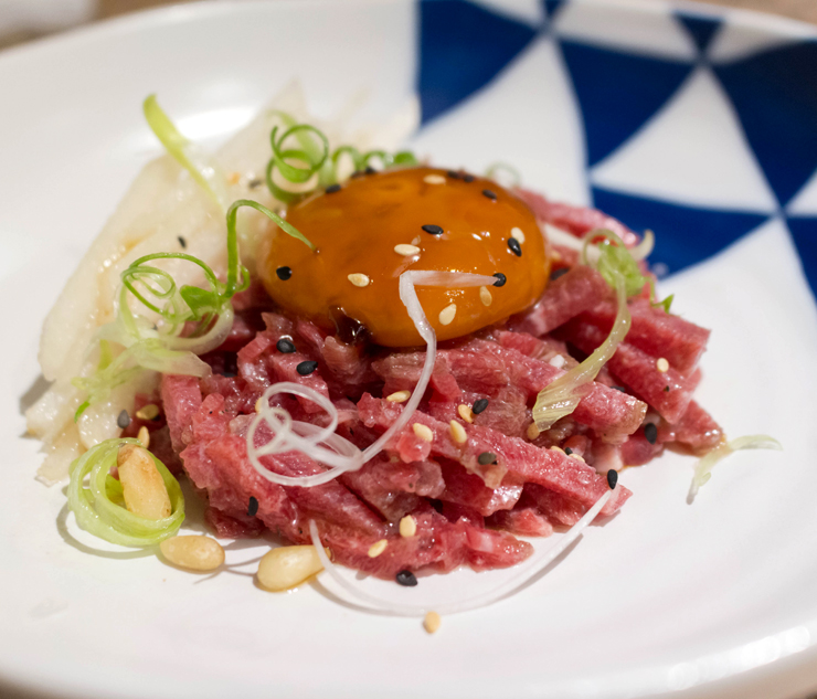 Yukhoe, steak tartate coreano (R$ 39): carne semi-descongelada, pinoli, fatias de pera asiática e gema curada do novo Komah