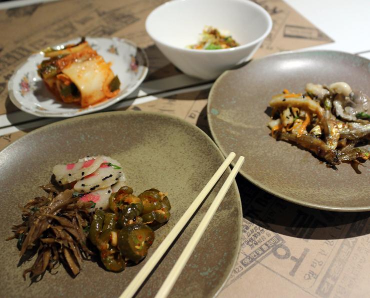 Ban Chan, seleção diária de acompanhamentos (R$ 16) que pode trazer manjubinha frita, tofu na chapa, crocante de massa de peixe, picles de bardana e, a estrela do local, o kimchi.