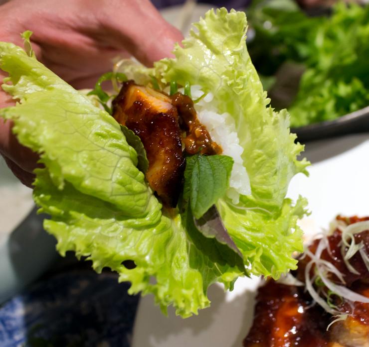 Samgiopal: barriga de porco glaceada na alface com folhas de gergelim selvagem e arroz glutinoso