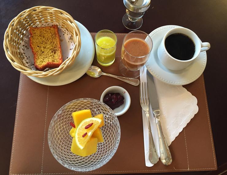 Meu café da manhã, da dieta de 1000 calorias/dia: suco verde, suco de maçã com linhaça, café com leite de arroz, pão sem glúten (só para desintoxicar), geleia e frutas