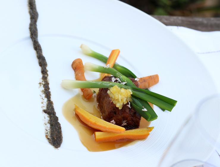 Um dos 19 tempos do menu Mensageiro das Estrelas, do Leão Vermelho, em São João da Boa Vista: Pescoço com cebolinhas e cenouras jovens, compota de limão e caviar de berinjela