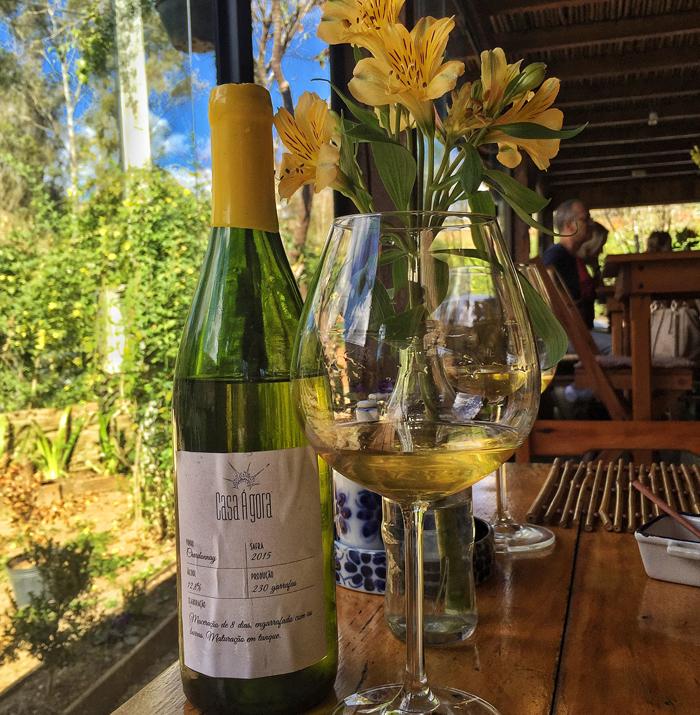 O empório dos mellos vende ótimos rótulos de vinhos naturais nacionais, caso desse Chardonnay