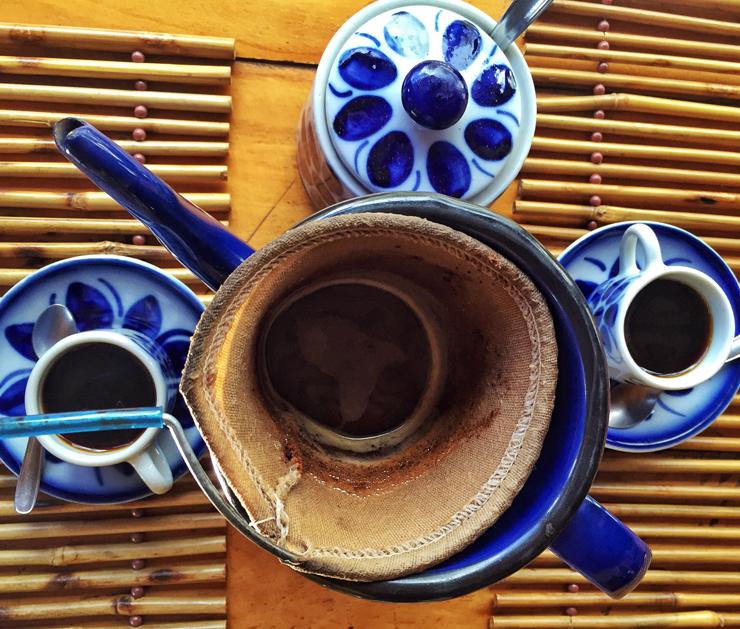 Café orgânico - produzido na frente do restaurante - em coador de pano: pequenas alegrias da vida