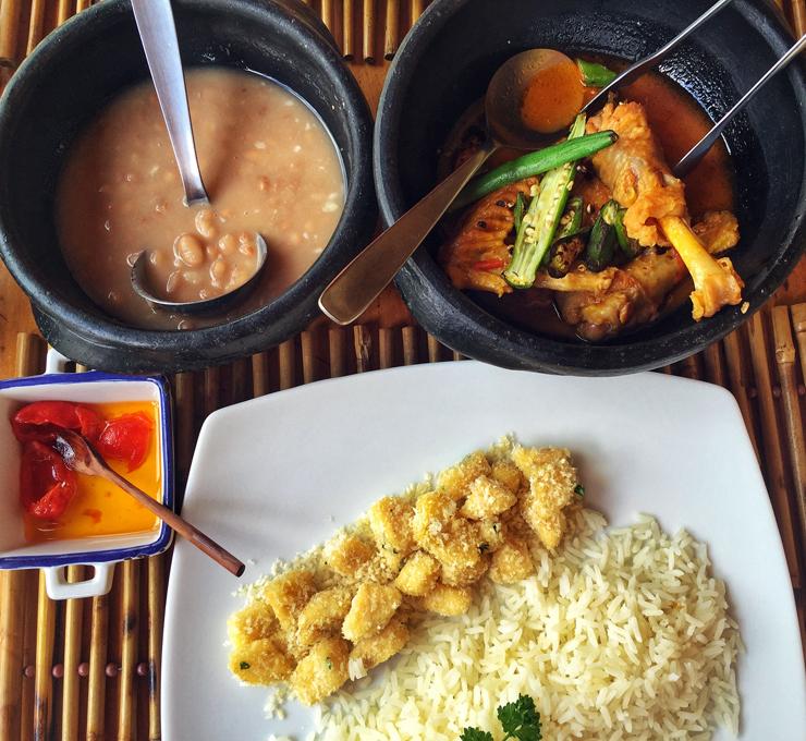 Galinha caipira ensopada com quiabo, arroz, feijão e farofa de banana: comida de alma