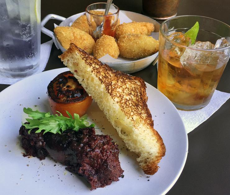 Morcilla, brioche tostado, tomate grelhado, Rabo de Galo e Gin Tônica no Solo Cozinha & Bar
