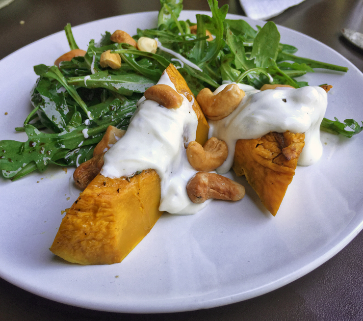 salada de abóbora assada, rúcula, coalhada seca e castanha de cajú (R$ 20/meia) no novo Solo Cozinha & Bar