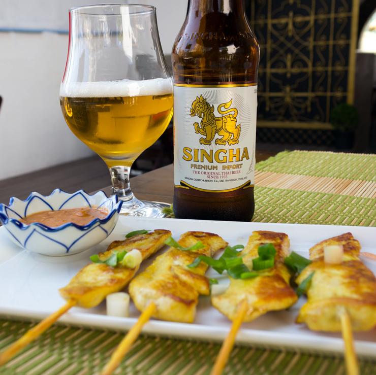 Satay (espetos de frango ou lombo marinados em leite de coco e especiarias, servidos com molho de amendoim e curry; R$ 25) e cerveja tailandesa do novo Thai Chef