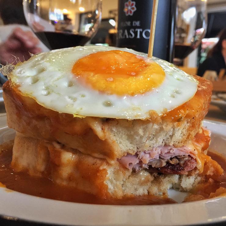 Francesinha da Padaria da Esquina: sanduíche tão calórico quanto gostoso