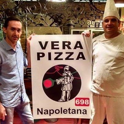 Orgulhosos, um dos proprietário da pizzaria e o pizzaiolo mostram o certificado de autenticidade de Verace Pizza Napoletana: o detalhe é que ele foi falsificado