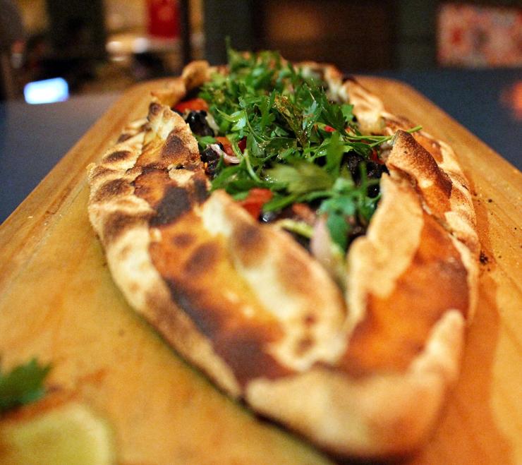 Kuzu (R$ 33): cordeiro picado na ponta da faca com tomate, cebola e berinjela, temperado com especiarias à moda turca.
