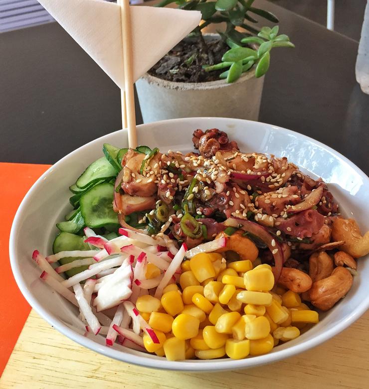 Poke de arroz branco, polvo macio salteado com cebola roxa, milho, rabanete, pepino, castanha de caju, pimenta e molho clássico