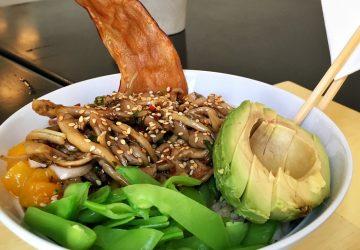"""Minha """"receita"""" de poke no Hi Pokee: arroz integral, tofu e shimeji, molho apimentado de cítricos, amendoim, manga, avocado, ervilha torta e nori."""