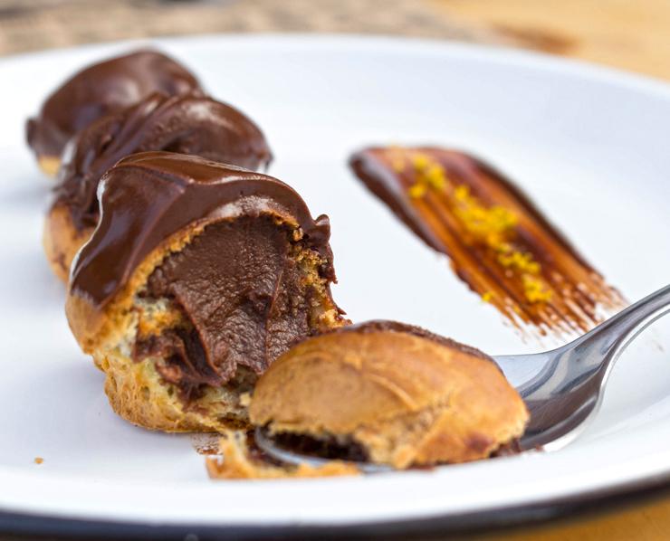 Trio de choux de chocolate com ganache de chocolate com toque das bebidas que compõe o Negroni: gin, vermouth, campari (R$ 11)