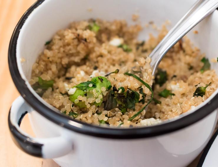 Entre os bons acompanhamentos, alguns vegetarianos, como esta gostosa Salada de quinoa com cogumelos, toque cítrico, folhas de brócolis e gorgonzola