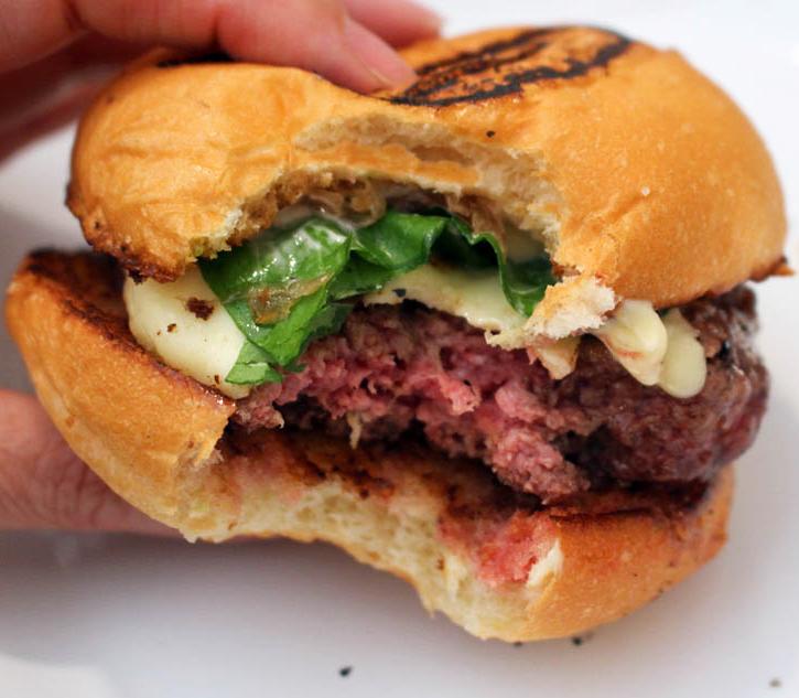 Adão: hambúrguer de costela bovina, queijo Canastra, cebola caramelizada, rúcula e maionese de alho