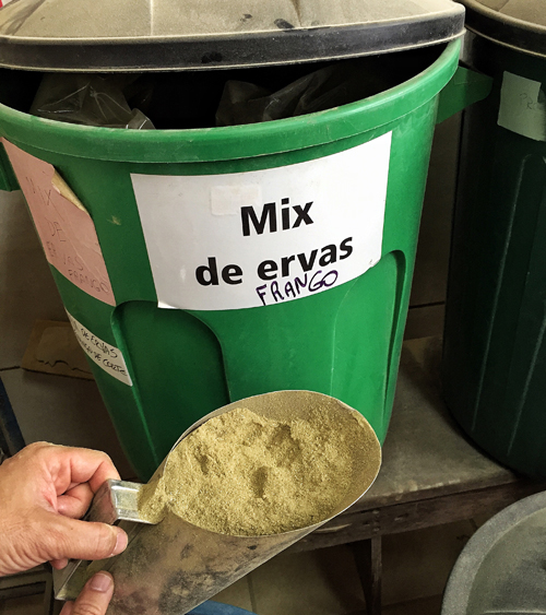 A ração da Korin leva milho e soja com adição de prebióticos, probióticos e óleos essenciais de plantas e ervas aromáticas (como canela, orégano e capim limão)