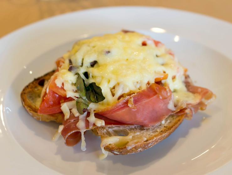 Tiborna - italianos chamam de bruschetta; franceses, de tartine - de presunto cru