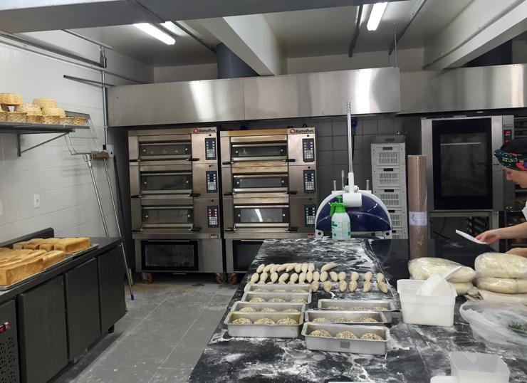 Cozinha central de preparo de pães da Padaria da Esquina: há ainda duas outras cozinhas para doces e salgados