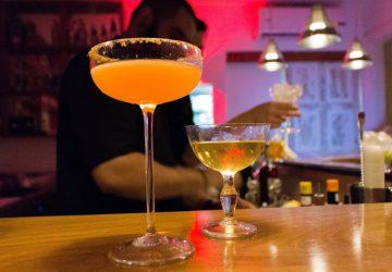 Bar do Jiquitaia: os melhores lugares são ao balcão - ali dá para conversar com o bartender e pedir para preparar criações fora do menu