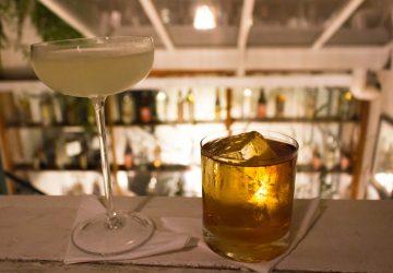 Gin & It (gin, vermute italino e bitter de gengibre) e Rabo de Galo no Bar do Jiquitaia