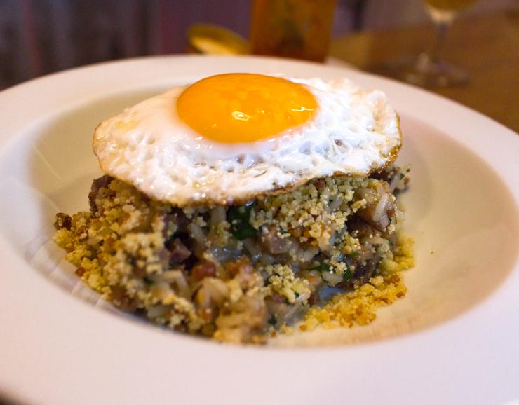 Tremendo Arroz carreteiro do Bar do Jiquitaia: com a crocância da farinha de mandioca e ovo, de gema mole, frito, para arrematar