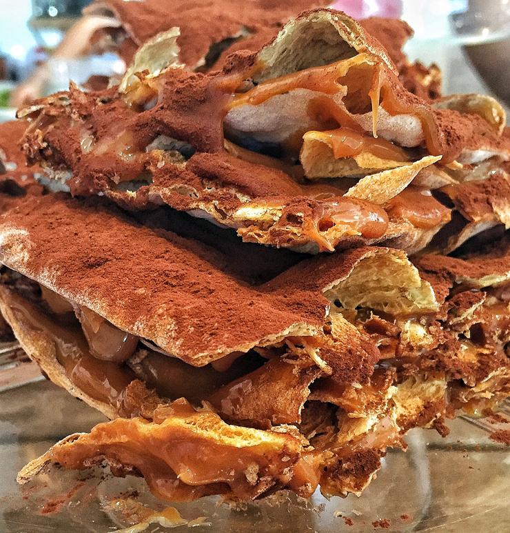 Tabletón, do La Guapa: folhas finas e crocantes de massa, entremeadas por doce de leite e cobertas por cacau em pó