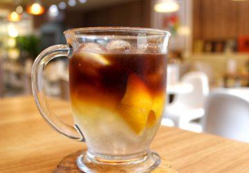 Café extraído a frio (cold brew), tônica, casca de laranja e gelo