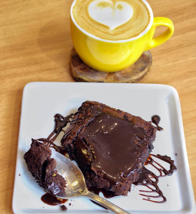 Bom brownie com excelente cappuccino da UM Coffee Co