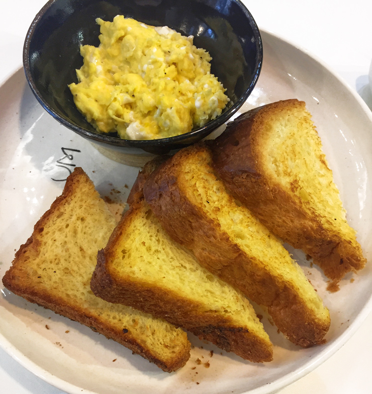 Torradas de brioche com ovo mexido e café da casa da UM Coffee Co.