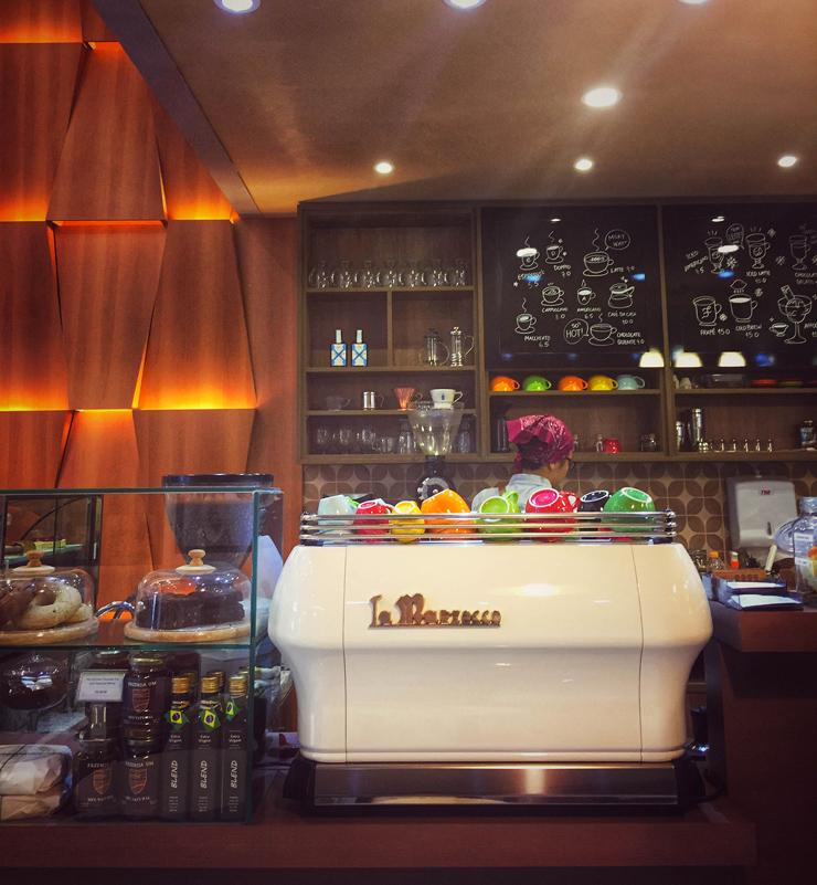 O movimento de valorização do café nacional de qualidade começou há, mais ou menos, dez anos. Mas foi nos último cinco que explodiu o número de estabelecimentos dedicados a cafés especiais, torrefadores, baristas, especialistas em análise. O mercado está mudando – pelo menos no Sudeste – para muito melhor. Há alguns meses, São Paulo ganhou mais uma cafeteria de excelência – sim, por que o trabalho da UM Coffee Co. não é apenas bom, é primoroso.