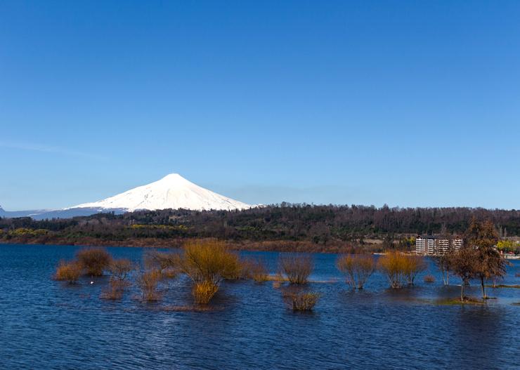 O lago e vulcão Villarrica, uma das belezas da região de Pucón, no Chile