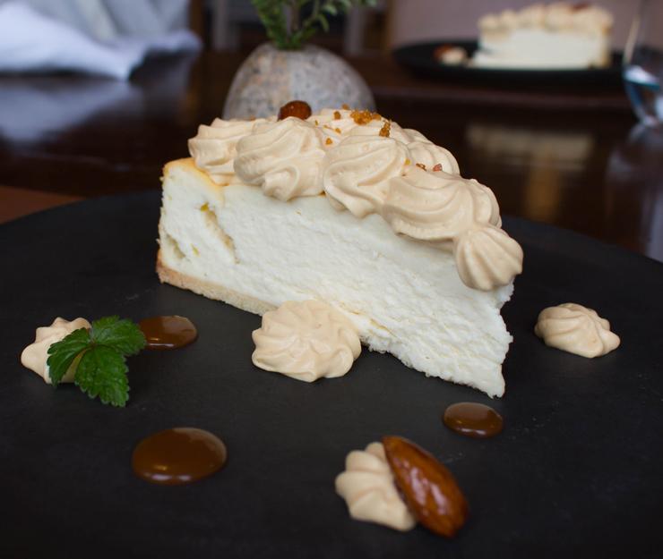 Provavelmente o melhor cheesecake que já comi, até agora, na vida. Queijo produzido aqui no @hotelviravira com leite de vacas criadas soltas e que se alimentam exclusivamente de pasto. Naturalmente cremoso, adocicado. Por cima do cheesecake, chantilly denso batido com caramelo salgado.