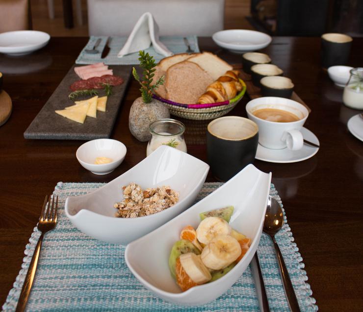 Café da manhã do hotel Vira Vira: pães, granola, manteiga, iogurte e queijos produzidos no hotel