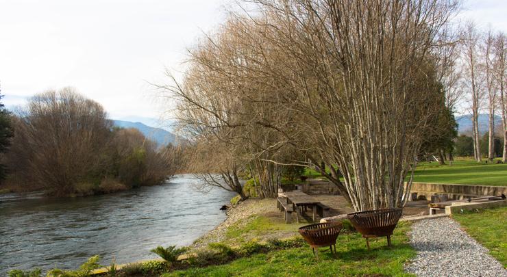 Área à beira do rio Liucura na qual são realizados churrascos durante o verão