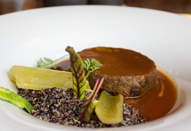 Cordeiro ao seu suco com quinoa orgânica: uma das criações do talentoso chef Damian, no Vira Vira