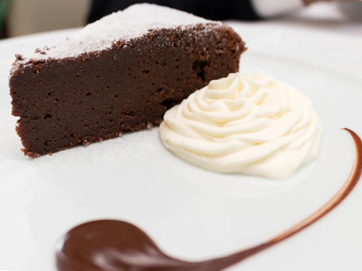 Torta Caprese do Attimo: Chocolate 70% cacau e farinha de amêndoas servido com creme batido (R$ 28)
